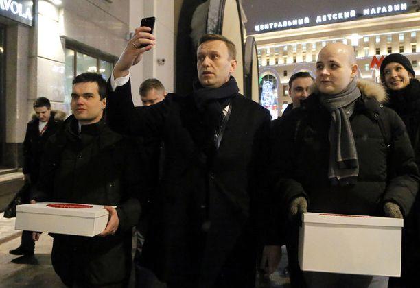 Aleksei Navalnylla on käytössä nykyaikaiset keinot. Hän toimii aktiivisesti sosiaalisessa mediassa, jonne hän myös raportoi yrityksestään asettua ehdolle presidentinvaaleissa