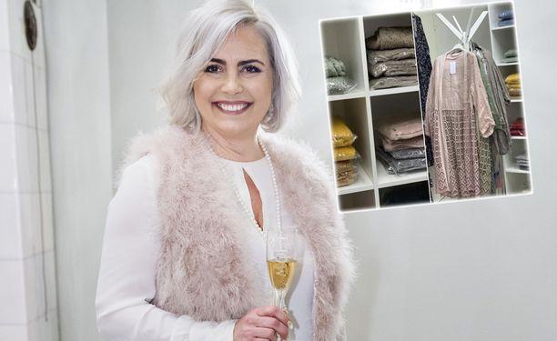 Kaisa Liski myy ReMax-kiinteistövälitystoimiston tiloissa vaatteita.