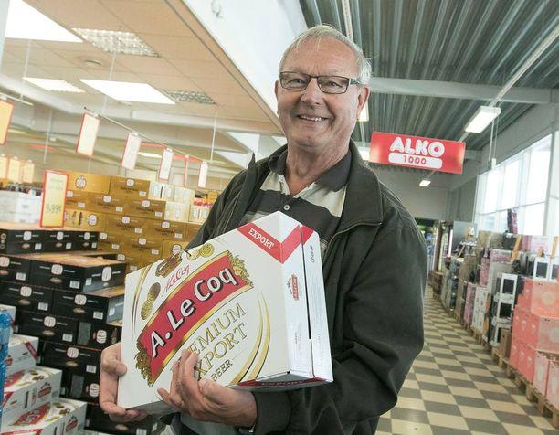 Juhani Hiljanen asioi alkoholimyymälässä Valkassa.