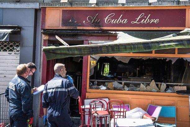 Ranskan Rouenissa sijaitsevassa baarissa syttyi tulipalo, kun syntymäpäiväkakkua kantanut henkilö liukastui ja kaatui baarin kellarin portaissa.