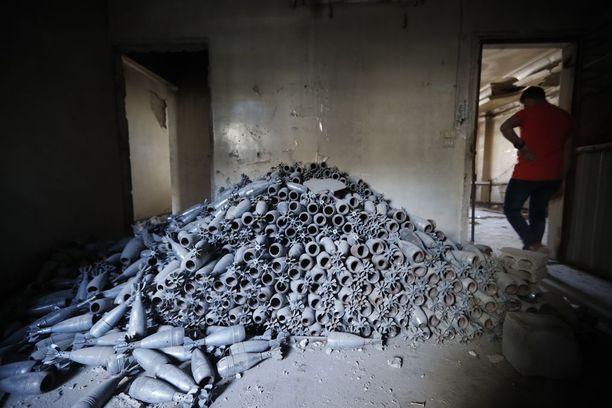 Kapinallisten väitetysti käyttämiä kranaatteja Doumassa maanantaina.