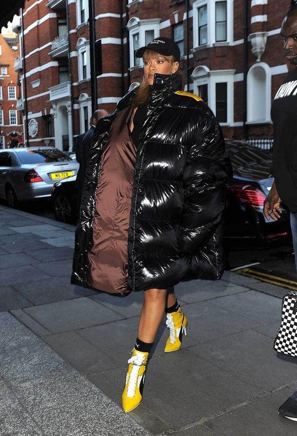 Rihanna tunnetaan eksentrisestä maustaan, eikä edes sää vaikuta naisen pukeutumisvalintoihin.
