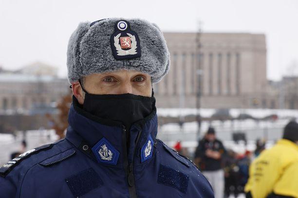 Koronamielenosoitus keräsi Kansalaistorille satoja ihmisiä, mutta poliisi ei hajottanut väkijoukkoa koska vahinko oli jo ehtinyt tapahtua.