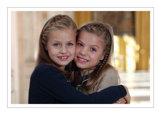 Prinsessat Leonor, 12, ja Sofia, 8, Espanjan hovin joulukuvassa.