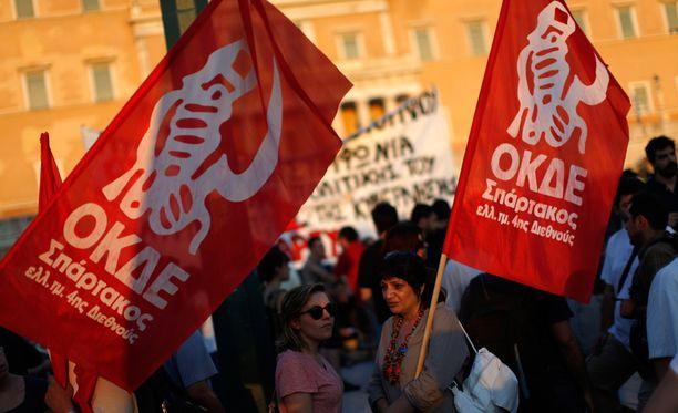 Kreikan parlamenttitalon edustalle kerääntyi maanantai-iltana muutamia satoja ihmisiä vastustamaan uutta tukipakettia ja sen vaatimia taloustoimenpiteitä.