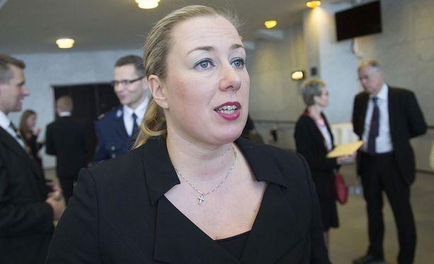 """Demarifeministien mukaan Jutta Urpilaisen verkkosukkahousukohu osoitti, että """"naispoliitikko ei saa olla naisellinen tai seksikäs"""". Kuvassa Urpilainen valtiopäivien avajaisissa helmikuussa 2006."""