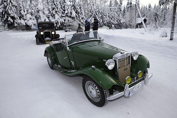 """Todella """"Suomalaista hulluutta"""": ajetaan avoautolla yli kolmenkymmenen asteen pakkasessa avoautolla ja moottoripyörällä."""