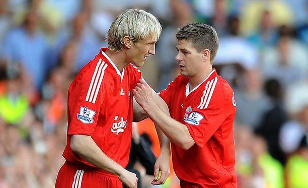 Sami Hyypiä saa kapteeninnauhan Steven Gerrardilta jäähyväisottelussaan.
