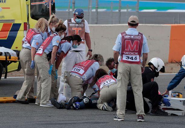 Lääkintähenkilökunta riensi auttamaan loukkaantunutta kuljettajaa.
