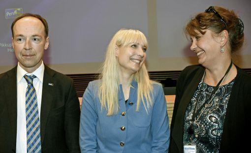 Perussuomalaisten puheenjohtaja Jussi Halla-aho, kansanedustaja Laura Huhtasaari ja puoluesihteeri Riikka Slunga-Poutsalo Pikkuparlamentissa lauantaina iltapäivällä, kun Huhtasaari oli valittu puolueen presidenttiehdokkaaksi.