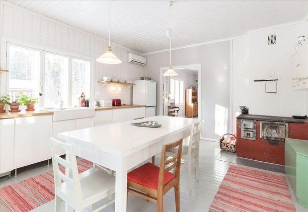 Kuka kaipaa yläkaappeja, jos vaihtoehtona ovat suuret ikkunat ja paljon luonnonvaloa keittiöön.