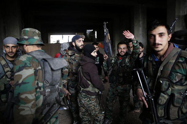 Syyrian armeijan sotilaita valmistautumassa taisteluun maanantaina.