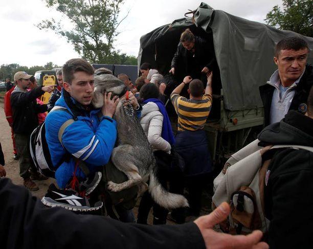 Ihmisiä ja lemmikkejä evakuoitiin Serbian Obrenovacissa.