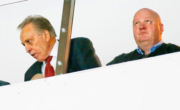 Vincent Manngard (vas,) ja Jouni Jääskeläinen junailevat erikoisella tavalla Ilves-Hockey Oy:n asioita.