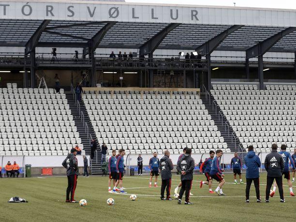 Vuonna 2000 valmistunut Tórsvøllur-stadion ei ole mikään hökkeliareena. Jalkapallon suurmaista viimeksi Espanjan maajoukkue (kuvassa) pääsi testaamaan Färsaarten pääkaupungin pelikentän.