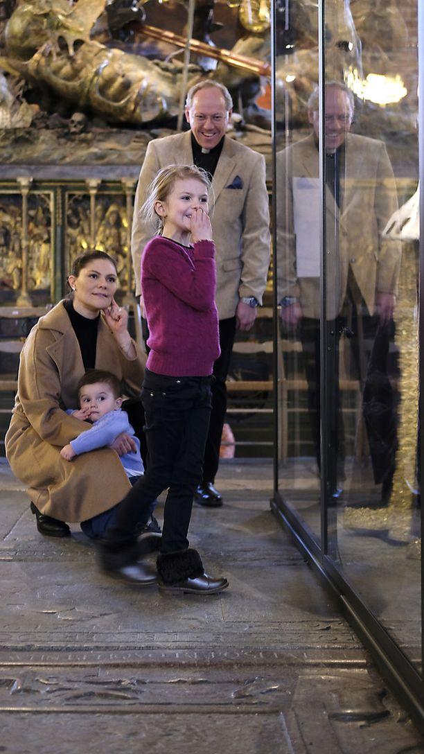 Oscar pysytteli äitinsä huomassa kirkkovierailulla viime maanantaina.
