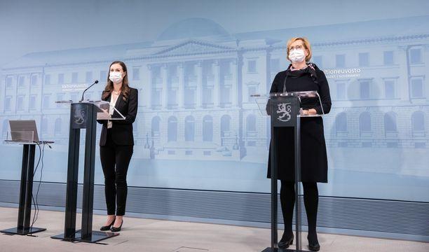 Pääministeri Sanna Marin (kuvassa vasemmalla) ja työministeri Tuula Haatainen kertoivat maanantaina uusista rajoituksista.