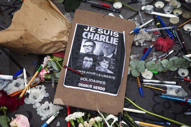 Pariisin Place de la Republique -aukiolla muistettiin satiirilehden iskun uhreja.