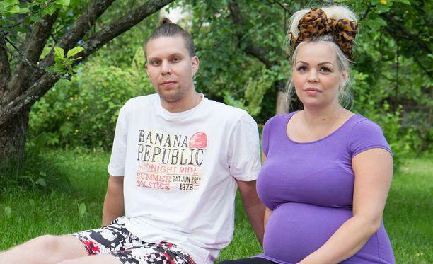 Janne ja Miisa tapasivat, kun Miisa oli 14-vuotias ja Janne 18. Esikoisensa pari sai Miisan ollessa 17-vuotias.