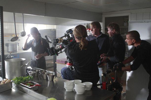 Ohjaaja Mika Kaurismäki kuvaa uusinta elokuvaansa Mestari Chengiä Lapissa Raattaman kylässä.
