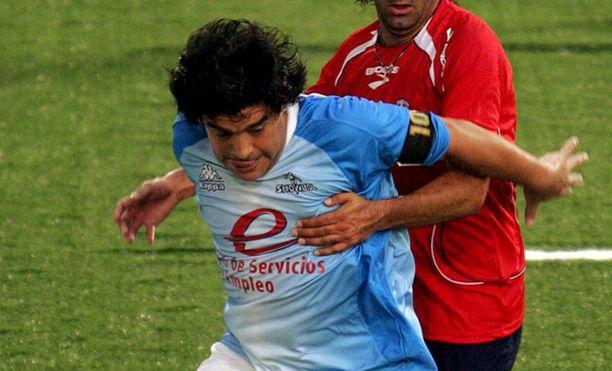 Laihtunut Maradona pelaa jälleen näytösotteluissa.
