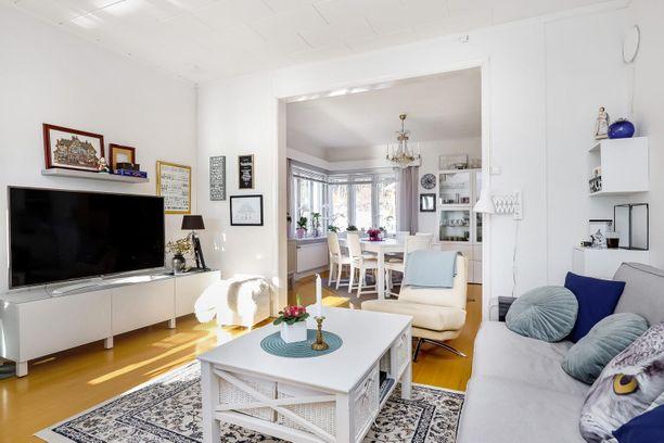 Valkoiset seinät ja katto tuovat rintamamiestalolle tyypillisiin pieneen huoneisiin raikkautta.
