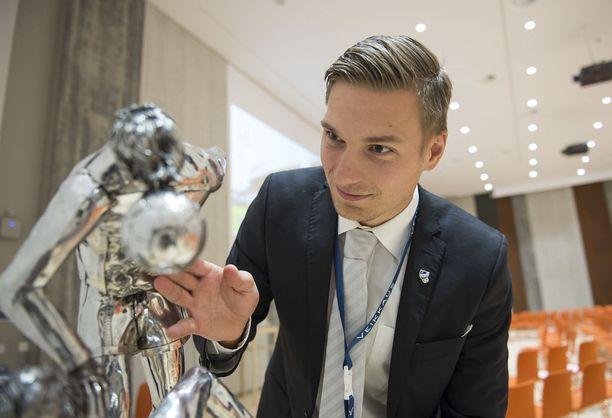 IFK Mariehamnin Kristian Kojola tutkii komistusta nimeltä Veikkausliigan mestaruuspatsas, joka koki kovia.