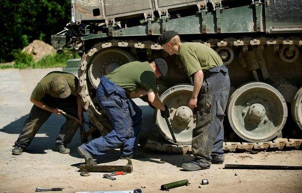 Parolan panssariprikaatissa on kohdeltu varusmiehiä epätasa-arvoisesti heidän hakiessaan asepalveluksen jälkeistä opiskelupaikkaa. Kuvan varusmiehet eivät liity tapaukseen.