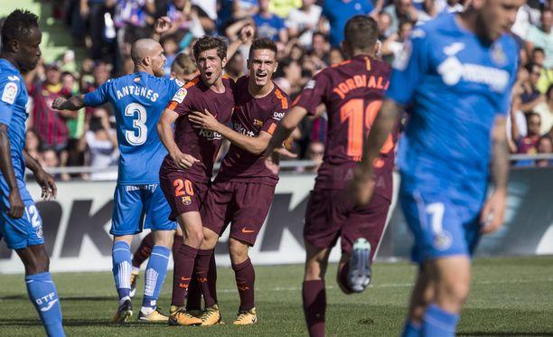 Denis Suárez (keskellä) juhlii Barcelonan 1-1-tasoitusta.