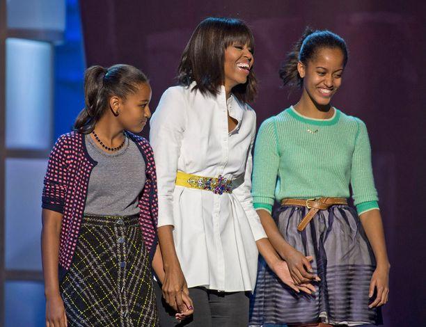 Sasha-pikkusisko, Michelle-äiti ja Malia vuonna 2013. Obaman tyttäriä nähdään harvoin julkisuudessa.