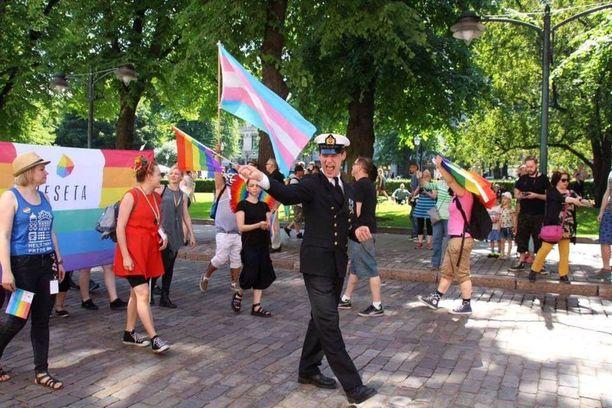 Ylikersantti Juho Pylvänäinen osallistui Helsinki Pride -kulkueeseen vuonna 2016 sotilaspuvussa.