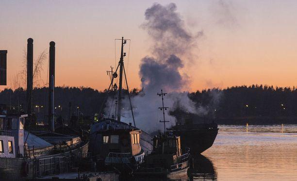 Troolari vaurioitui pahoin tulipalossa vanhalla telakka-alueella Kotkassa.