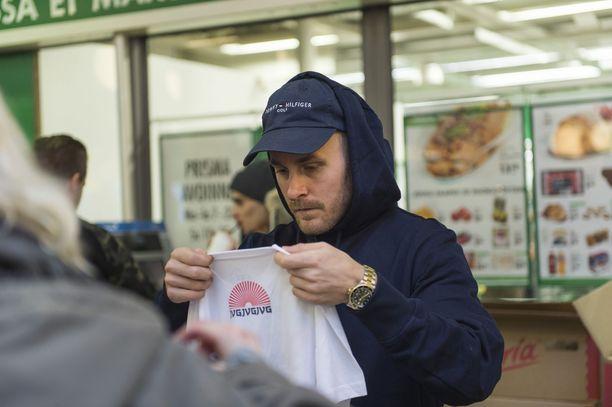 Räppäreiden organisoima ruoka-apu on saanut uusia sponsoreita. Tässä Jare pakkaa joulukassia, kuva on otettu kaksi vuotta sitten.