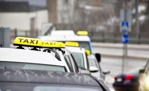 Taksikuski selvisi naisasiakkaansa raiskauksesta ehdollisella vankeustuomiolla (kuvituskuva).
