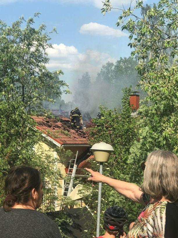 Tulipaloa sammutti toistakymmentä yksikköä, ja ohikulkijat pysähtyivät ihmettelemään savua.