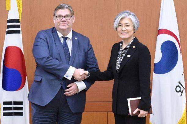 Ulkoministeri Timo Soini (sin) ja Etelä-Korean ulkoministeri Kang Kyung-wha tapasivat Soulissa viime torstaina.