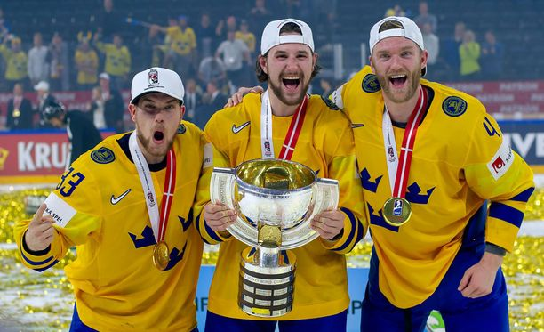Nashville-miehet Viktor Arvidsson (vasemmalla), Mattias Ekholm ja Filip Forsberg pääsivät juhlimaan MM-kultaa.