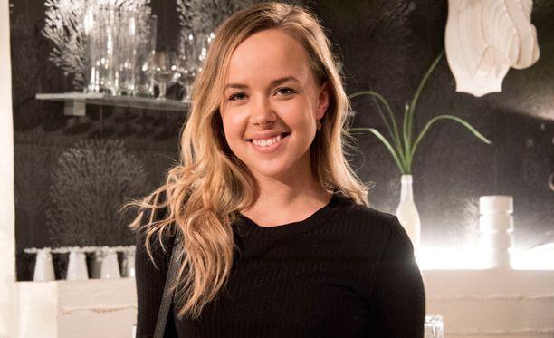 Sara Parikka juhli torstaina Salattujen elämien 19-vuotissyntymäpäiviä ohjelman studioilla.
