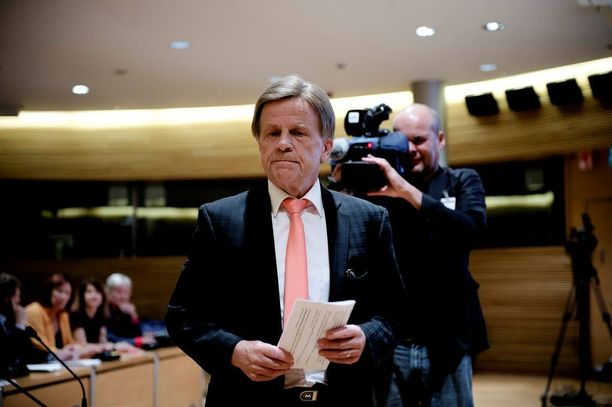 """Mauri Pekkarinen painottaa, että Fennovoiman on pidettävä kiinni """"pyhistä pylväistä"""" eli aikataulusta ja 60 prosentin kotimaisuusasteesta."""