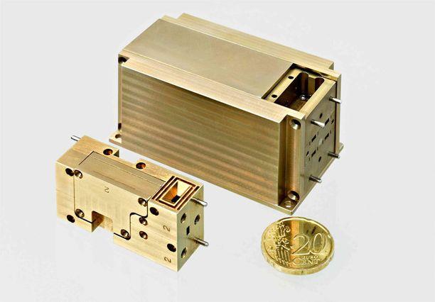 Planck-satelliitin Suomessa valmistetun 70 GHz:n vastaanottimen etu- (pienempi) ja takapäävahvistinyksiköt. Yksiköt on valmistanut DA-Design Oy.