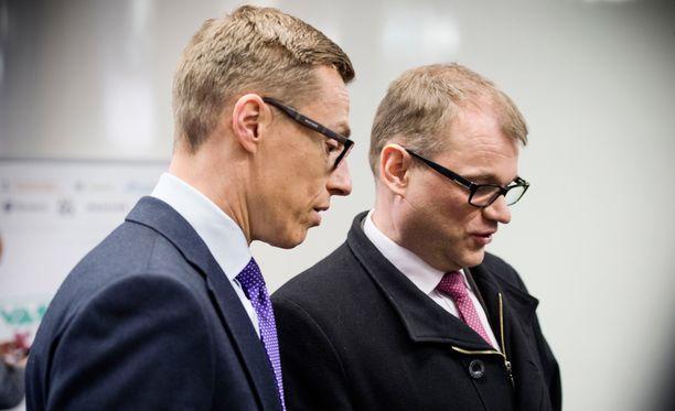 Alexander Stubb (kok) ja Juha Sipilä (kesk) olivat samaa mieltä siitä, että Carl Haglundin (r) olisi pitänyt tiedottaa presidenttiä kirjoituksen sisällöstä.