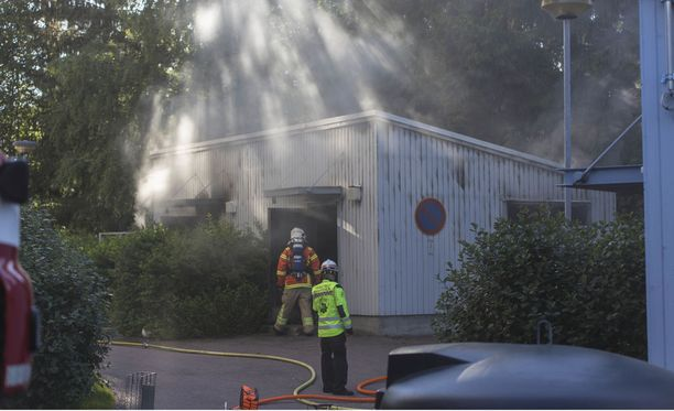 Piharakennus tuhoutui tulipalossa.