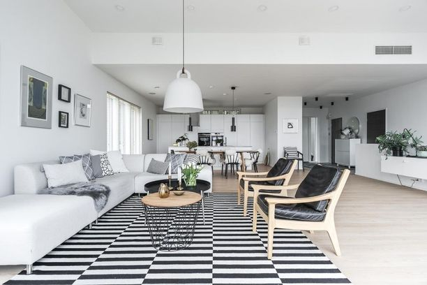 Matto ei varsinaisesti jaa tilaa mutta sillä voi sitoa tiettyjä alueita tai huonekalukokonaisuuksia yhteen. Suuri matto sohvan ja nojatuolien alla tekee oleskelutilasta yhteinäisen.