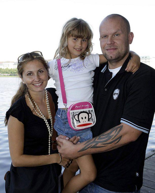 PERHE SAKSASSA Jere Karalahden kiekkokausi Saksan DEL-liigassa käynnistyy huomenna. Suski-vaimo ja Ronja-tytär seuraavat Jeren ensimmäisiä treenejä katsomosta.