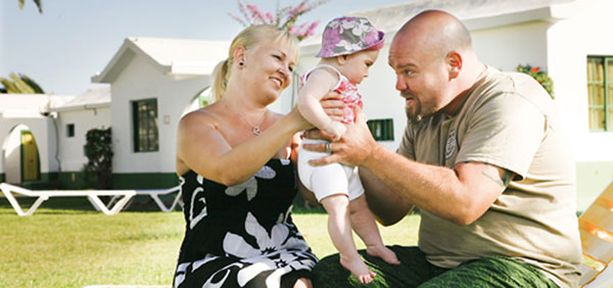 Jonna, Isla ja Sami Mähönen nauttivat kiireettömästä aurinkolomasta Club Maspalomas -bungalowalueella.
