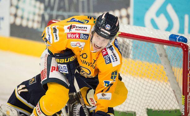 Lukon Ville Nieminen on maskipelaamisen ekspertti.