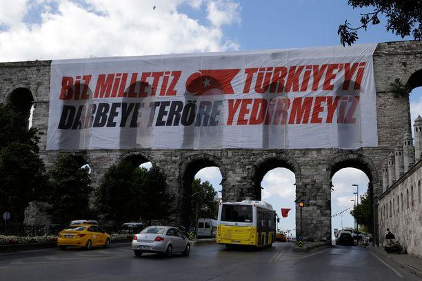 """Hallituksen viesti kansalle: """"Me olemme kansa - emme antaudu vallankaappausten tai terrorismin edessä."""""""