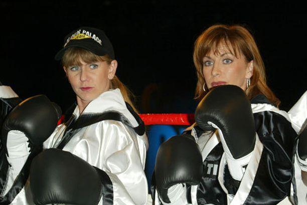 Tonya Harding (vasemmalla) kokeili siipiään myös ammattinyrkkeilyssä, jossa hän otti lyhyellä urallaan neljä voittoa ja hävisi kolmesti. Kuva vuodelta 2002.