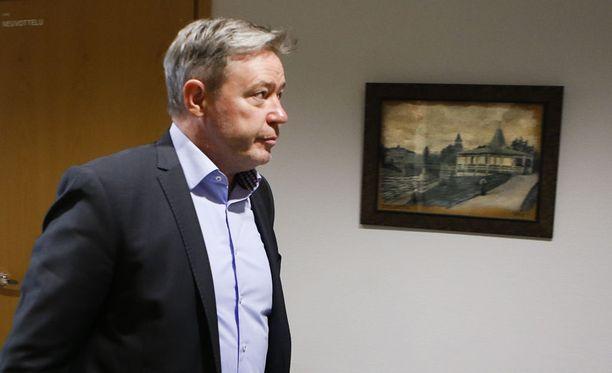 Keke Armstrong ei taivu. Hän vaatii Turun hovioikeudessa Ilvekseltä yli 100 000 euron korvauksia laittomana pitämänsä irtisanomisen vuoksi.