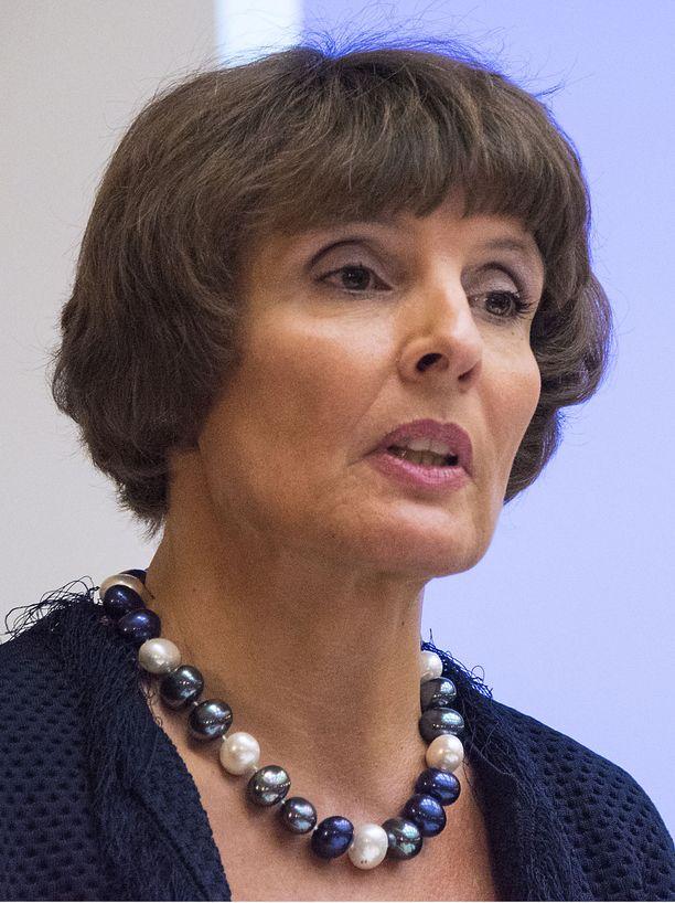 Liikenne- ja viestintäministeri Anne Berner vakuutti vielä keväällä, että uusi liikennepalvelulaki sataa varmasti kuluttajan laariin.